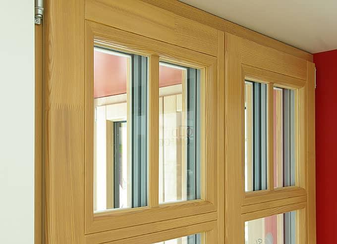 Detail modřínového okna s příčkami. Modřín je překrásné a velmi odolné dřevo.