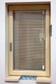 Okno PROGRESSION zevnitř - dřevěné okno, integrovaná žaluzie Sreen Line, skrytá klika