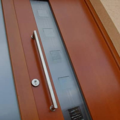 Vchodové dveře CALME s madlem