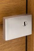 Designové madlo ENTERO na dubových dveřích