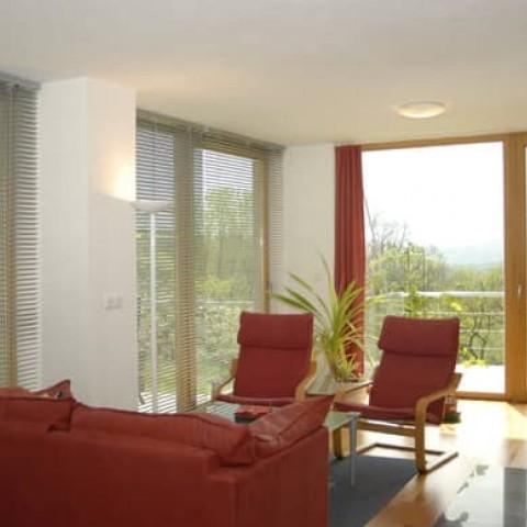 Interiér prosvětlený velkými skleněnými stěnami