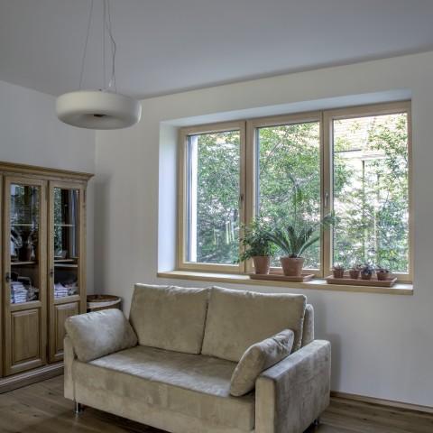 Přírodní tóny v domě doplňují i okna