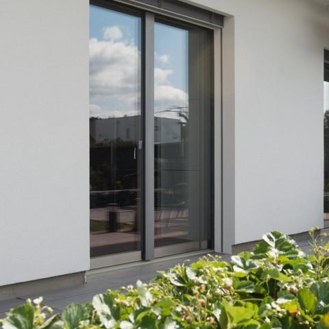 Francouzská okna nenápadně zasazená do fasády