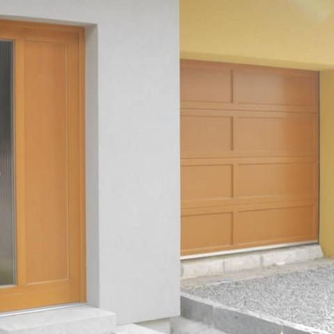 Pohled na vchodové dveře a garážová vrata