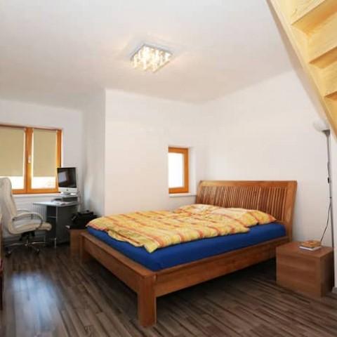 Ložnice s dřevěnými okny SC92