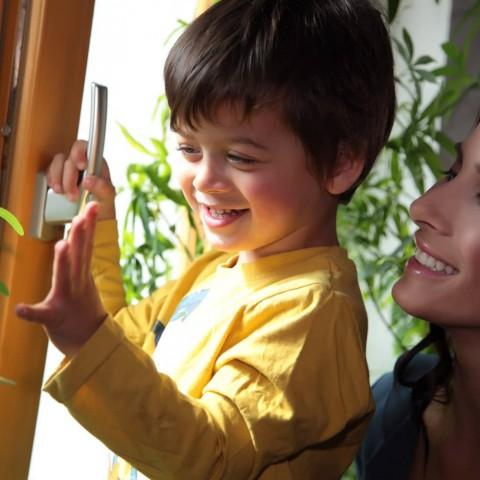 Eva Decastelo se synem u okna