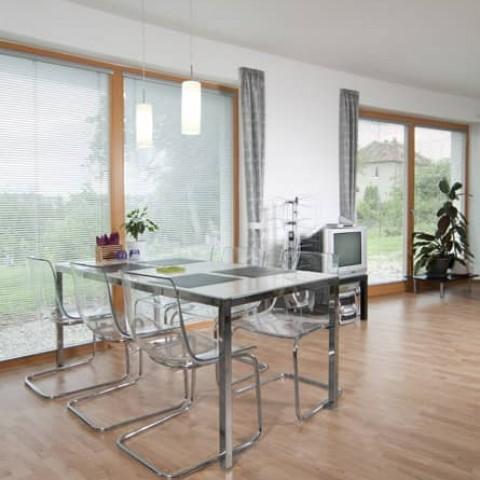 Dřevěná okna v jídelně
