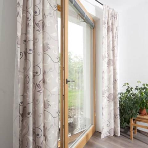 Dřevěné okno v ložnici
