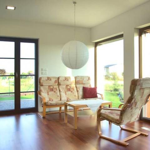 Obývák s dřevěnými okny