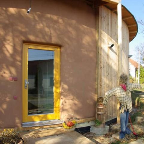 Vchodové dveře v kulatém domě
