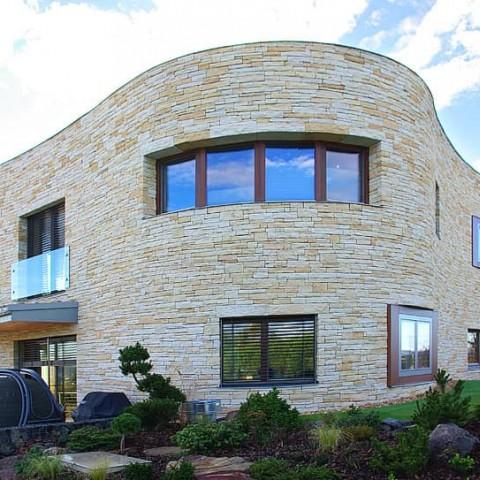 Kamenný dům s obloukovými okny