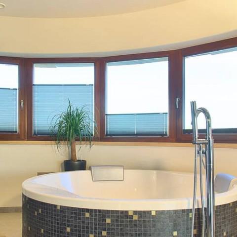 Oblouková sestava oken v koupelně