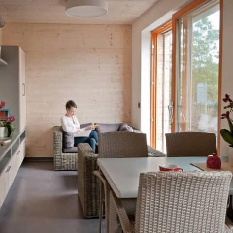 Interiér pasivní dřevostavby + posuvné dveře