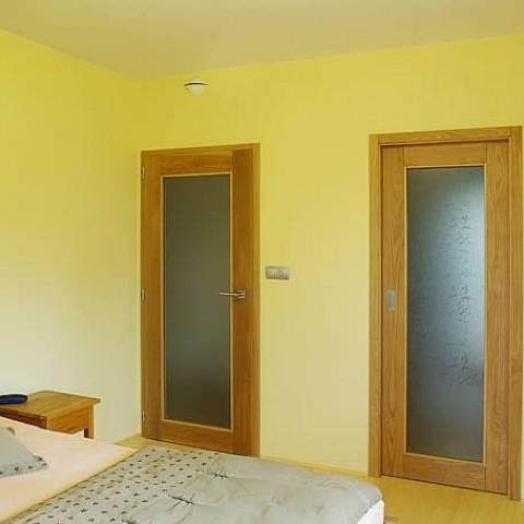Interiérové dveře z masivu v ložnici