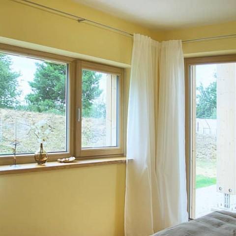 Okno a balkonové dveře v ložnici
