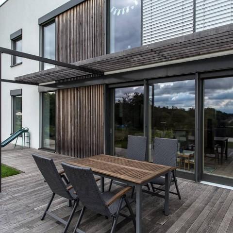 Moderní pasivní dům s dřevohliníkovými okny a dveřmi