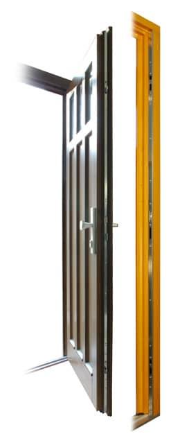Vchodové dveře otevřené s bezpečnostním zámkem